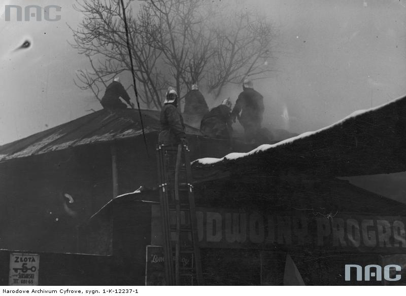 """Kina płonęły, co nie ominęło też Adama i Mariana (na fot. pożar kina """"Gloria"""" w Warszawie, 1935 rok; źródło NAC)."""